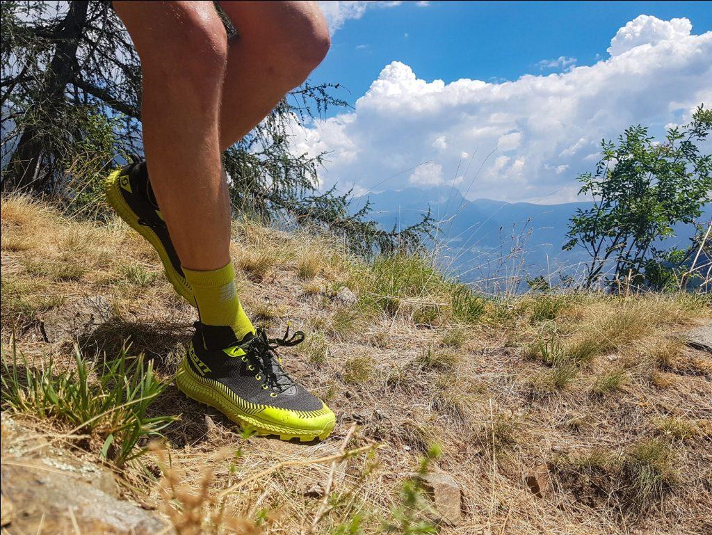 Ein Trailrunningschuh mit Griß wie ein Mountainbike.