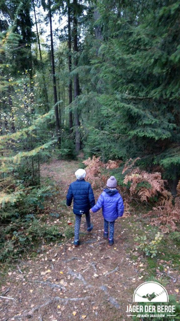 LOWA Kinderschuhe unterwegs im Wald