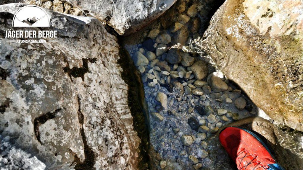 Glasklares Wasser im Zauberwald