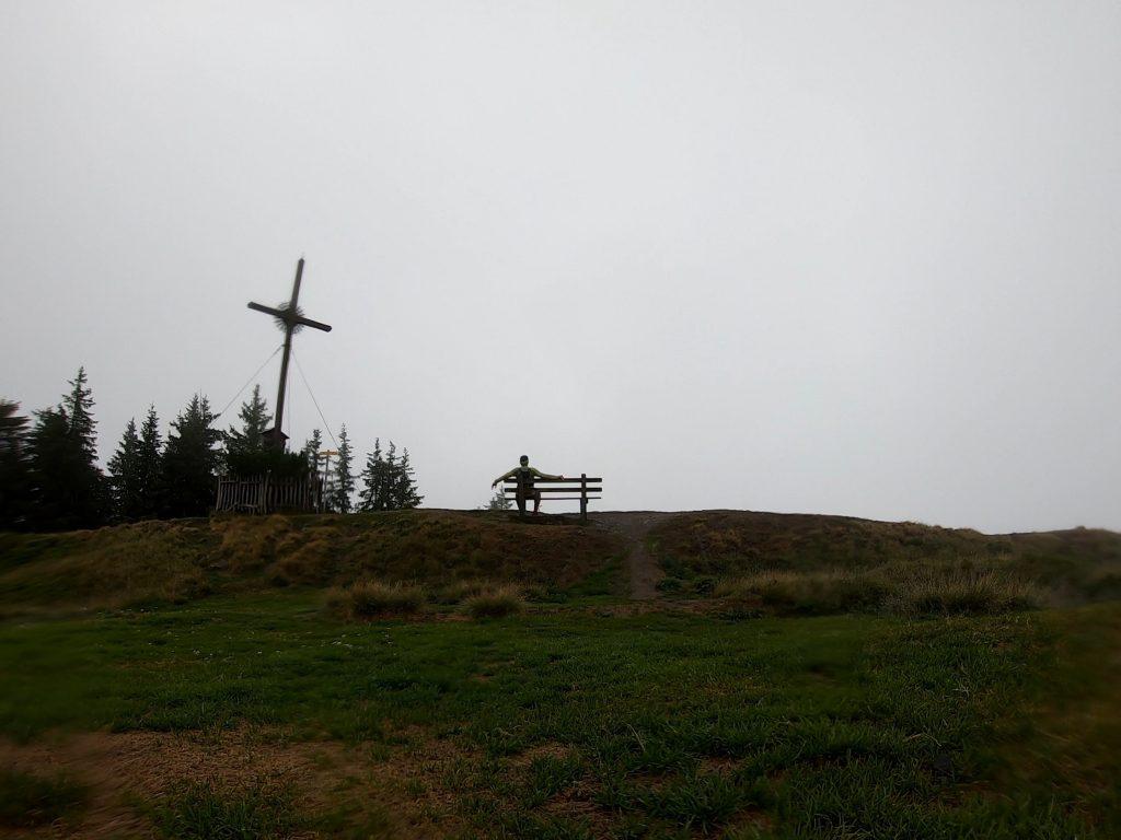 Kurze Rast im Regen am Gipfel des Hochgründeck